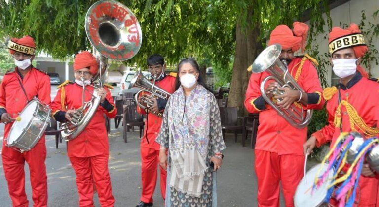 Band artistes play soulful tunes to express gratitude towards Raje